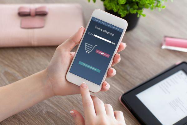 2f21379131c4ce Immer häufiger lassen Konsumenten das Tablet liegen und shoppen über ihr  Smartphone.