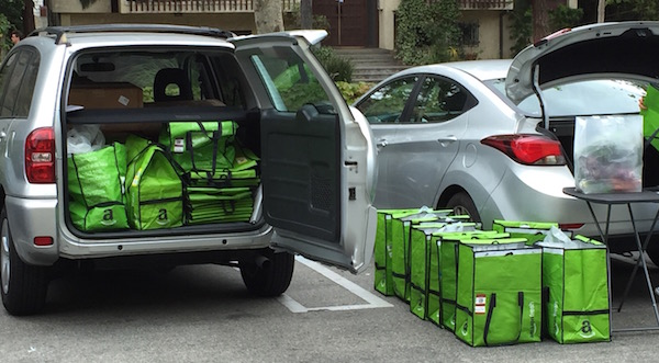 Amazon fresh - Tüten packen auf dem Wochenmarkt in Los Angeles