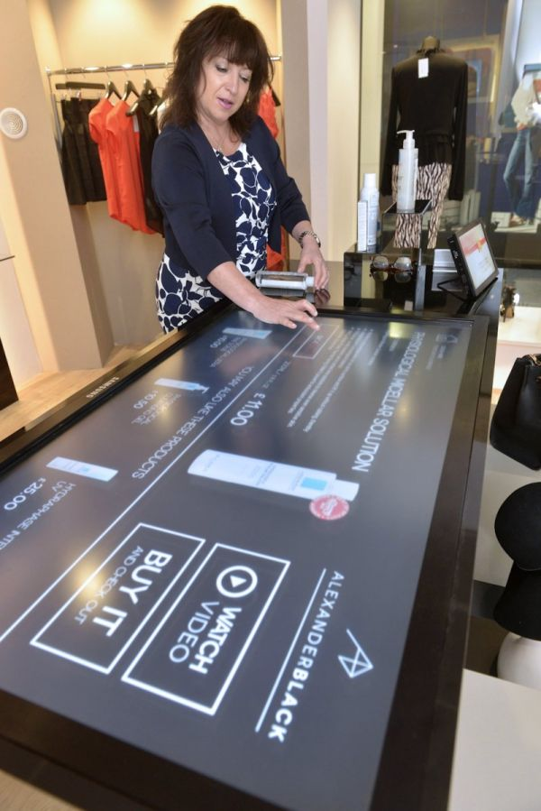 Touchscreen in der Gallerie Commerciali Italia SPA in Vimodrone bei Mailand